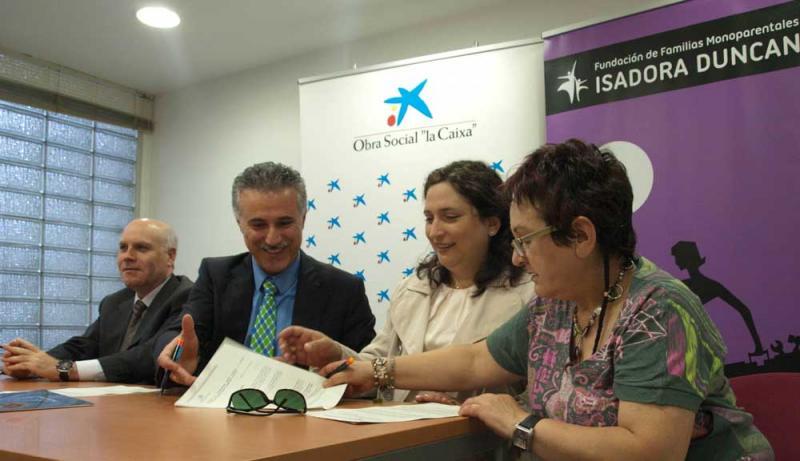 Firma convenio de claboración 2012, entre la Fundación La Caixa y la Fundación de Familias Monoparentales isadora Ducan