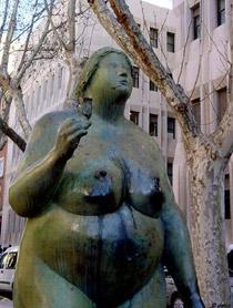 escultura de mujer en bronce