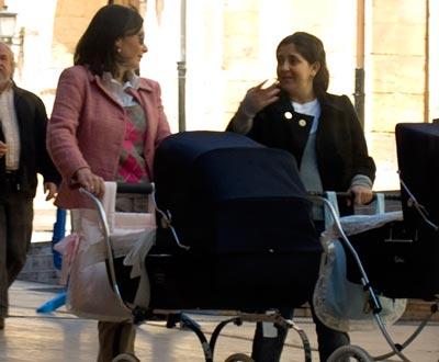 madres paseando con cochecito
