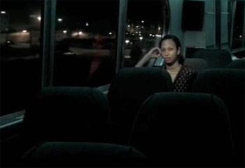 mujer inmigrante en el autobus