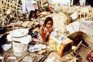 ninia pobre en entre desperdicios