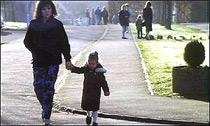 paseo de madre con hijo