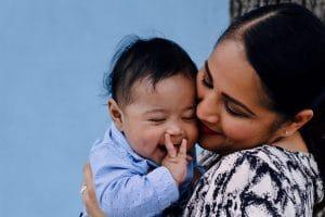 Foto De Primer Plano De Mujer Sonriente Con Su Bebé Sonriente